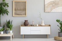 Foto real de un interior botánico de la sala de estar con las ilustraciones de la arpillera fotos de archivo