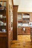 Foto real de un interior de la cocina con los armarios y el piso de madera fotografía de archivo