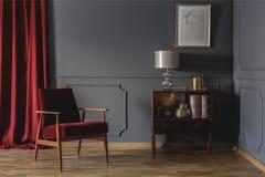 Foto real de una esquina de un interior retro de la sala de estar con el eleg Fotos de archivo libres de regalías