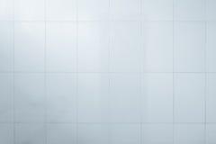 Foto reale di alta risoluzione della parete grigia delle mattonelle Carta da parati bianca Immagine Stock