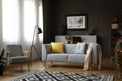 Foto reale di retro poltrona, sofà moderno decorato con i cuscini fotografie stock