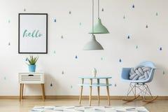 Foto reale di un interno blu e bianco della stanza del bambino con un cus del nodo fotografie stock