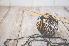 Foto retra de la bola moderna del color de lanas con las agujas de bambú que hacen punto entonado Fotografía de archivo libre de regalías