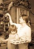 Foto retra de la mujer y del niño que se preparan para la Navidad Fotografía de archivo