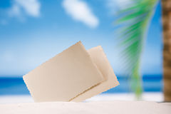 Foto retra en blanco en la playa, el cielo y el paisaje marino blancos de la arena imagen de archivo libre de regalías