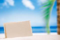 Foto retra en blanco en la playa, el cielo y el paisaje marino blancos de la arena foto de archivo libre de regalías