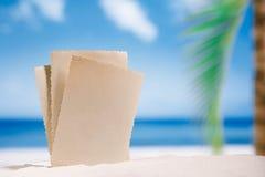 Foto retra en blanco en la playa, el cielo y el paisaje marino blancos de la arena fotografía de archivo libre de regalías