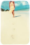 Foto retro do vintage da mulher no vestido colorido que anda no oceano da praia Foto de Stock Royalty Free