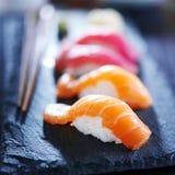 Foto retroiluminada del sushi del nigiri de los salmones y del atún Imágenes de archivo libres de regalías