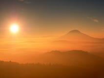 Foto roja del filtro Alba roja Alba brumosa en colinas hermosas Los picos de colinas se están pegando hacia fuera del fondo de ni Fotos de archivo libres de regalías
