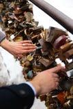 Foto romântica de pares bonitos fora no inverno Homem novo que propõe casá-lo com anel - guardam as mãos imagem de stock