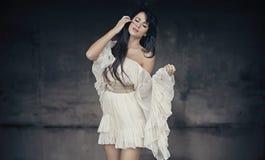 Foto romântica do estilo de um brunette bonito Imagens de Stock Royalty Free