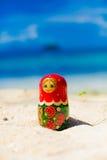 Foto-russische Puppen Matrioshka-Andenken unberührter Sunny Tropical Beach in Bali-Insel Vertikale Abbildung verwischt Lizenzfreies Stockfoto