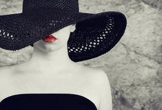 Foto schöner Dame im eleganten schwarzen Hut Lizenzfreies Stockfoto