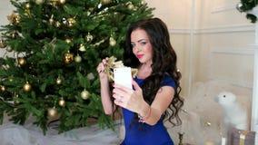 Foto selfi μεταμφιέσεων του νέου έτους κατά τη διάρκεια των Χριστουγέννων εορτασμού του κόμματος, όμορφο κορίτσι που κάνει selfie απόθεμα βίντεο