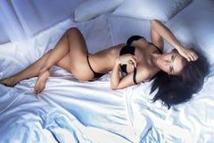 Foto sensual da mulher atrativa que olha a câmera. Fotos de Stock Royalty Free