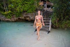 Foto-sexy Mädchen, das auf Strand im Bungalow-Bikini sich entspannt Lächelnde Frau, die Sommer der Kühlzeit im Freien verbringt K Lizenzfreie Stockbilder