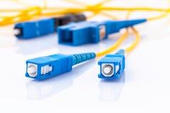 A foto simbólica dos conectores das fibras óticas para o Internet rápido conecta fotos de stock royalty free