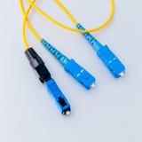 A foto simbólica dos conectores das fibras óticas para o Internet rápido conecta imagem de stock