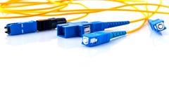 A foto simbólica dos conectores das fibras óticas para o Internet rápido conecta imagem de stock royalty free