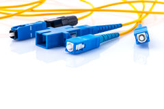A foto simbólica dos conectores das fibras óticas para o Internet rápido conecta fotografia de stock royalty free