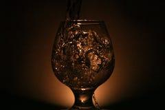 Foto simple de la aún-vida del alcohol en la copa y el s brillante Imagenes de archivo