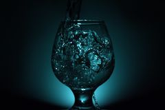 Foto simple de la aún-vida del alcohol en la copa y el s brillante Fotos de archivo