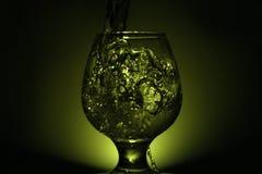 Foto simple de la aún-vida del alcohol en la copa y el s brillante Imagen de archivo libre de regalías