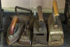 Foto simple de la aún-vida de la vieja colección del hierro de la prensa Fotografía de archivo