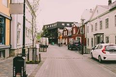 Foto som visar de besynnerliga unika byggnaderna och stilen som Reykjavik har Många turister fängslas av denna som är unik Royaltyfri Foto