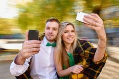 Foto sorridenti delle coppie con il cellulare fotografia stock