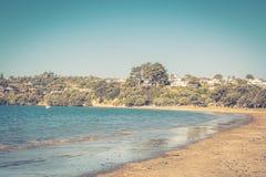 foto stile retro di un giorno di estate perfetto alla spiaggia virile fotografie stock