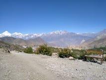 Foto of studioachtergrond, lege bank in voorgrond, Dhaulagiri en Himalayagebergte ijs-afgedekte bergen op achtergrond royalty-vrije stock afbeelding