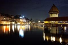 Foto stupefacenti di notte del ponte della cappella in città di Lucern, Svizzera Fotografie Stock Libere da Diritti