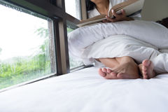 Foto suave de la mujer en la cama con el libro viejo Fotografía de archivo