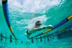 Foto subacuática del adolescente de la nadada Imágenes de archivo libres de regalías