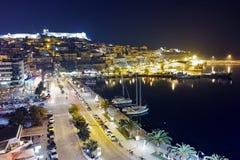 Foto surpreendente da noite da terraplenagem e cidade velha de Kavala, Grécia fotos de stock royalty free