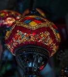 Foto surpreendente e elegante da luz turca vermelha ornamentado e colorida que pendura do teto imagem de stock