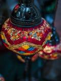 Foto surpreendente e elegante da luz turca vermelha ornamentado e colorida que pendura do teto imagens de stock royalty free
