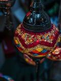Foto surpreendente e elegante da luz turca vermelha ornamentado e colorida que pendura do teto fotos de stock royalty free