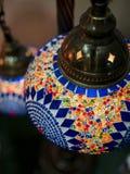 Foto surpreendente e elegante da luz turca vermelha ornamentado e colorida que pendura do teto foto de stock