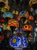 Foto surpreendente e elegante das luzes turcas ornamentado e coloridas que penduram do teto foto de stock