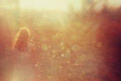 Foto surreal da jovem mulher que está na floresta me imagem de stock