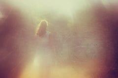 Foto surreal da jovem mulher que está na floresta me Fotografia de Stock Royalty Free