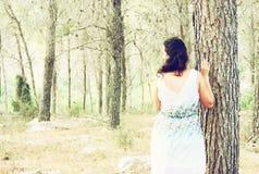 A foto surreal da jovem mulher que está na imagem da floresta textured e é tonificada Conceito sonhador Imagens de Stock Royalty Free