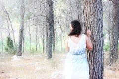Foto surreal da jovem mulher que está na luz natural da floresta Conceito sonhador Imagem de Stock