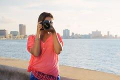 Foto turística de la imagen de la cámara del fotógrafo de la mujer Imagen de archivo