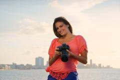 Foto turística de la imagen de la cámara del fotógrafo de la mujer Imagen de archivo libre de regalías