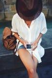 Foto turistiche di osservazione della giovane donna sul telefono cellulare dopo le escursioni Fotografia Stock Libera da Diritti
