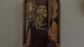 Foto und Installation angezeigt als Fenster mit Fensterläden stock footage